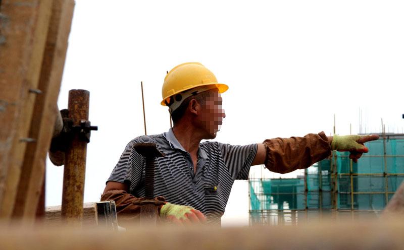 农民工在建筑工地