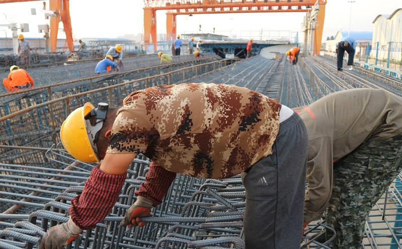 农民工在建筑工地劳动