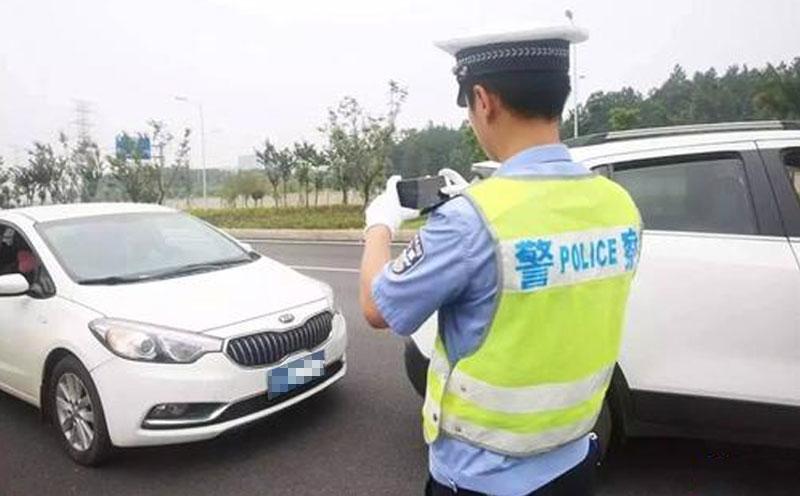 交警对事故现场进行拍照