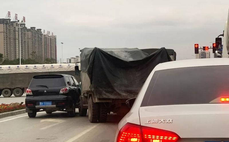 交叉路口上交通事故