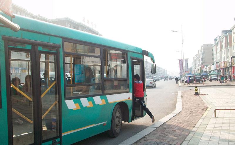 乘坐公交车摔倒受伤