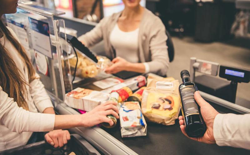 在超市收银台买单时