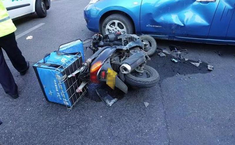 二轮摩托车与小车相撞
