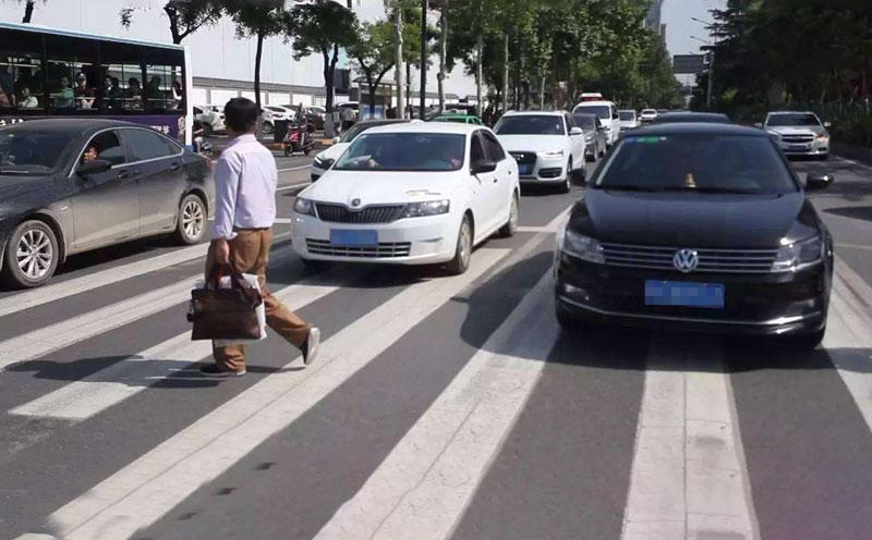 车头右侧与行人原告发生碰撞