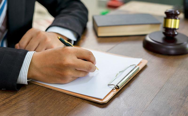 被保险人能在庭上聘请专业律师