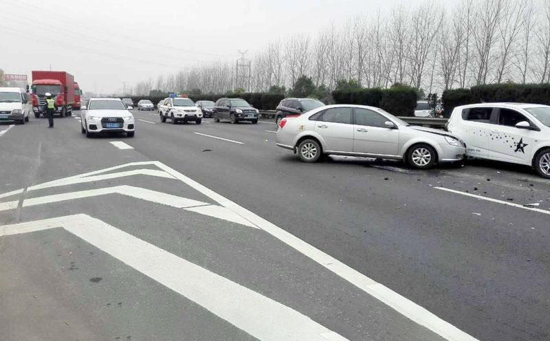滨海大道行驶车头右侧与同向行驶至该路段的车左侧相撞小型轿车由西向,致使车上的乘客,许某受伤