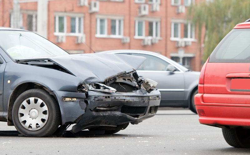 道路上两车碰撞