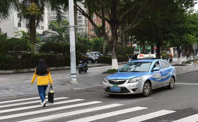 深圳的士与行人相撞