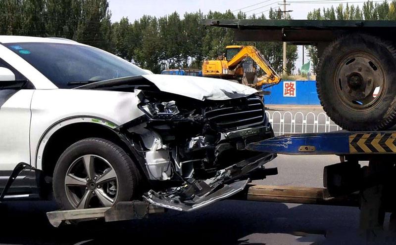 轿车发生碰撞