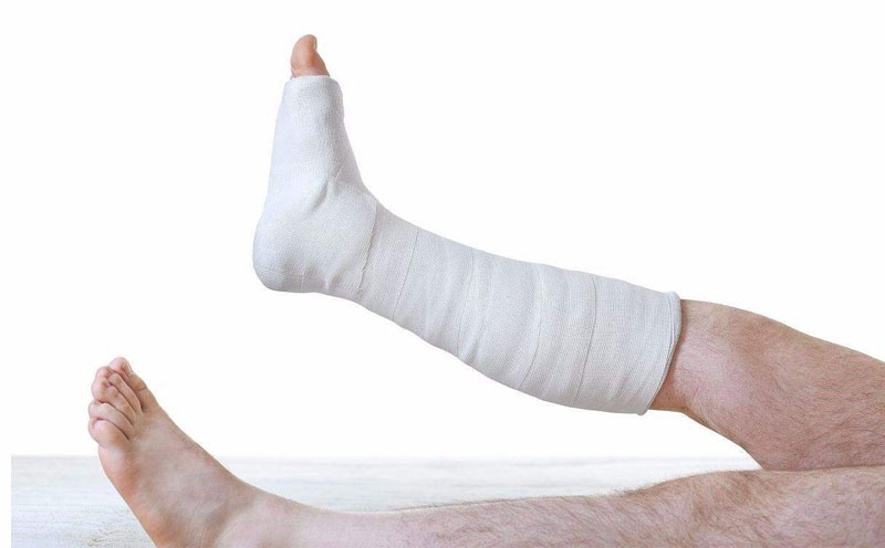 致使刘某踝骨横行骨折,严重受伤