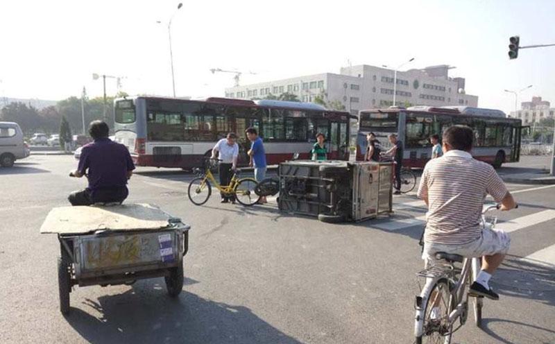 三轮车与自行车发生碰撞