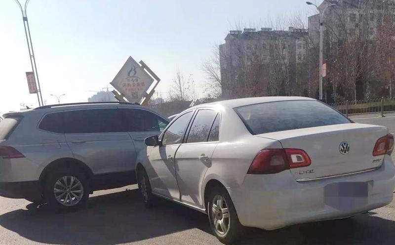 两辆小车发生碰撞后