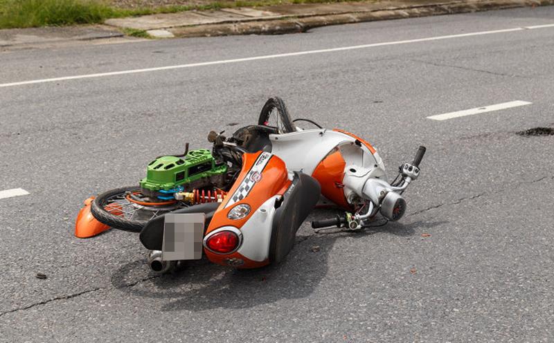 二轮摩托车与行人相撞