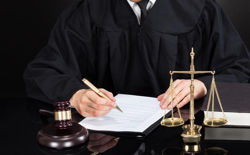 是否聘请律师,遵循当事人的意愿