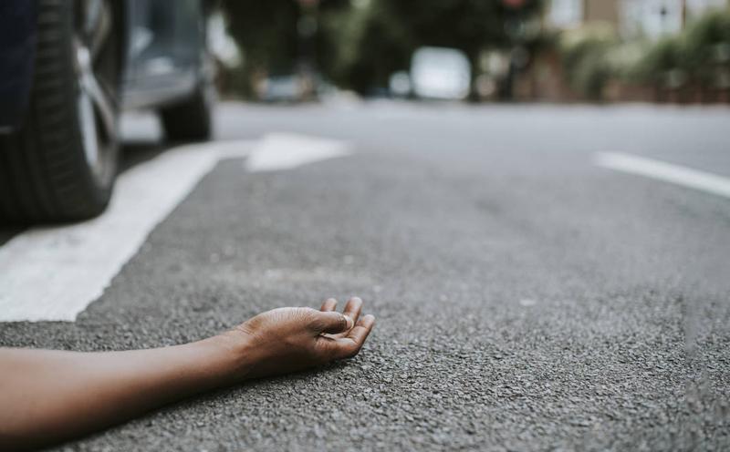 小车与在人行横道上行走的王某发生碰撞