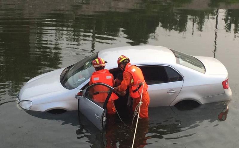 车辆强行涉水熄火在积水中