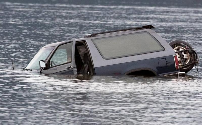 汽车落水前的自救