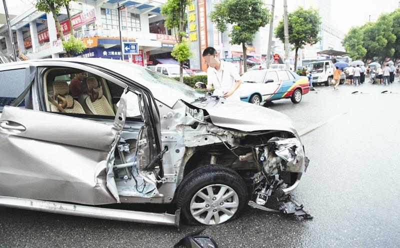 廖先生的轿车发生交通事故